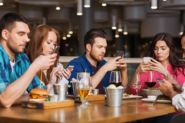 friends-with-smartphones-restaurant-600x400